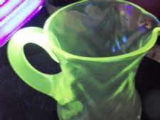 VINTAGE STRONG UV GREEN GLOW CLEAR LEAD CRYSTAL GLASS WATER JUG FACET BODY 6""
